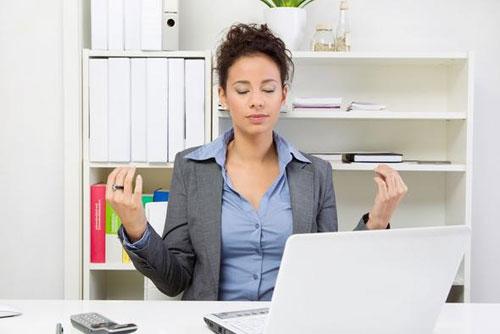 Йога на работе – 5 простых способов снизить стрессовую нагрузку