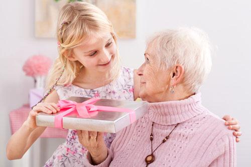 Новогодний подарок для бабушки: выбираем и дарим