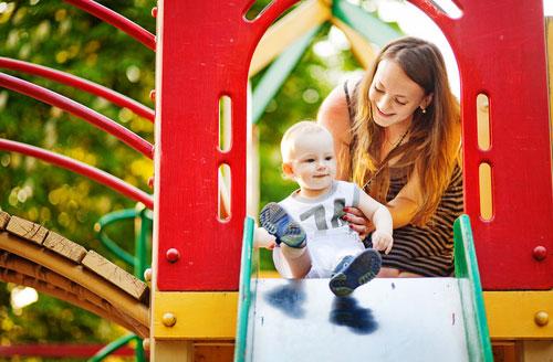 Малыш на детской площадке