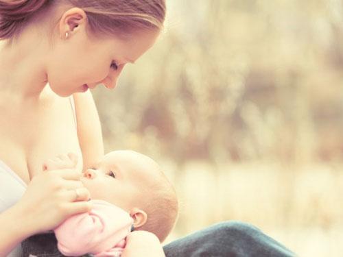 Правильное прикладывание к груди при кормлении ребенка