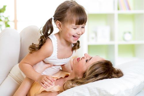 15 способов развлечь ребенка, не вставая с постели