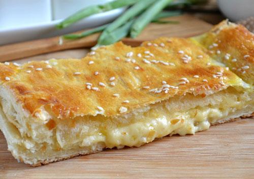 Как быстро приготовить вкусный пирог из слоеного теста с сыром