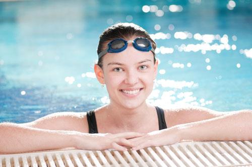 Почему важно использовать очки для плавания в бассейне?