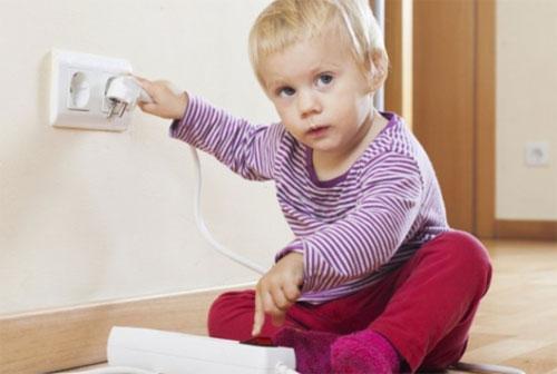 Как защитить себя и ребенка от ударов электрическим током