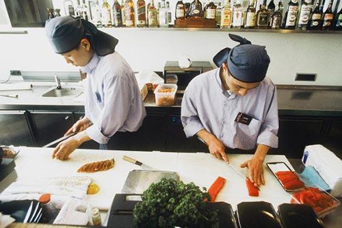 Почему в Японии суши и роллы готовят мужчины?