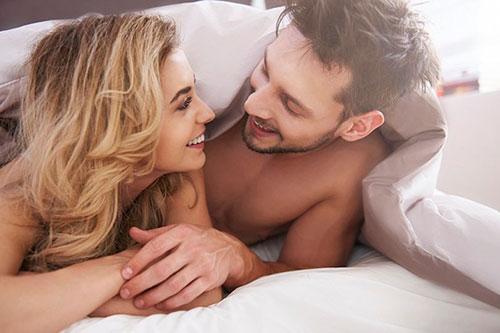 Он не стесняется напрямую спросить свою женщину о ее предпочтениях в постели.